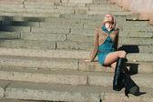 Granit merdiven basamaklarında oturan kız — Stok fotoğraf