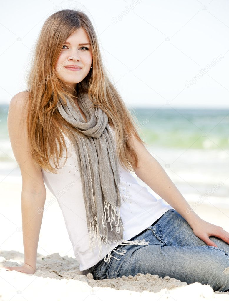 Funny teen girl sitting near the sea. — Stock Photo #10449291