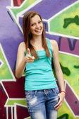 Styl dziewczyna w pobliżu graffiti tło. — Zdjęcie stockowe