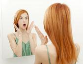 Zaskoczony młoda kobieta w łazience — Zdjęcie stockowe