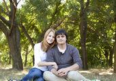 Paar op buiten in de lentetijd. — Stockfoto