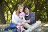 Junge familie im freien. frühling — Stockfoto