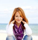 Jeune fille belle à la plage. — Photo