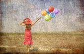 Brunetka dziewczynka z kolorowych balonów na wybrzeżu. — Zdjęcie stockowe