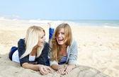 Dvě dívky na venkovní poblíž moře. — Stock fotografie