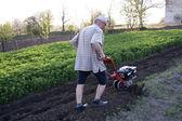 Il contadino con un motore-coltivatore — Foto Stock