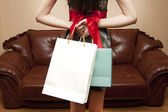 背中の後ろに贈り物を持つ女性 — ストック写真