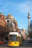 Vista de la torre de televisión de berlín a través de una calle - alemania — Foto de Stock