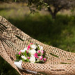 Pink and white wedding bouquet of roses in a hammock — ストック写真