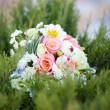 Pink and white wedding bouquet in green grass — Stockfoto