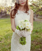 White wedding bouquet in the hands of the bride — Stok fotoğraf