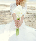 White bridal bouquet of calla lilies in the hands of the bride — Stok fotoğraf