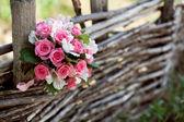 Rosa und weiße hochzeitsstrauß rosen auf dem baum — Stockfoto