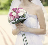 Bridal bouquet of white and pink flowers in the hands of the bri — Stock Photo