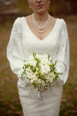 White bridal bouquet in the hands of the bride — Stock Photo