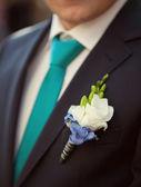 Novio en una chaqueta de boda con flor en el ojal — Foto de Stock