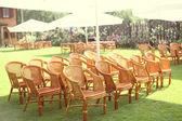 Svatební židle a dobře najíst v přírodě — Stock fotografie