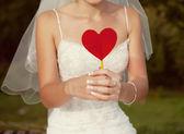 Elinde kırmızı bir kalp ile gelini — Stok fotoğraf