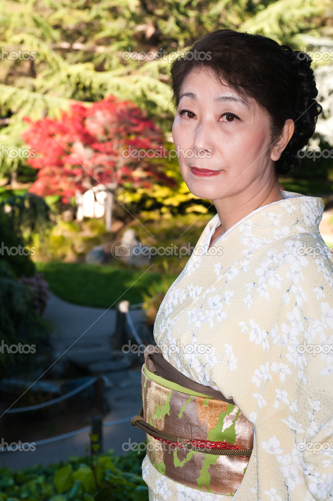 Mature woman in a traditional Japanese outfit — Stock Photo #10190792