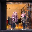 Boutique window with dressed mannequins — Стоковая фотография