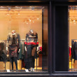 Boutique window with dressed mannequins — Stockfoto