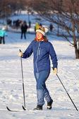 Девушка идет лыжи — Стоковое фото