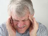 Hombre con dolor de cabeza terrible — Foto de Stock