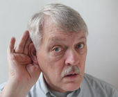Older man is hard of hearing — Stock Photo