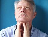 Muž pocit bolestivé lymfatické žlázy — Stock fotografie