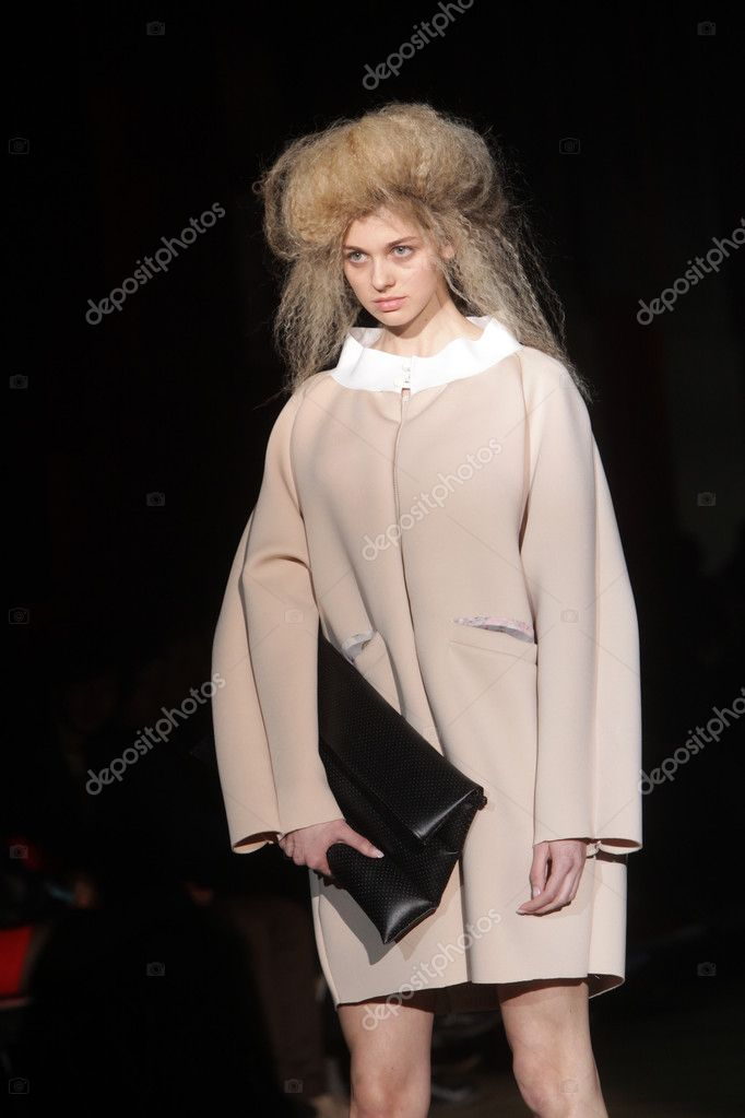 ZAGREB, CROATIA - MARCH 21: Fashion model wears clothes made by Madame Demode and Tamara Bombardelli on CRO A PORTER show on March 21, 2012 in Zagreb, Croatia. — Stock Photo #10250936