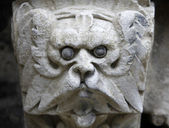 Sculpted stone mask figure on St. Stephen's Cathedral in Vienna — Zdjęcie stockowe
