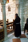 Franciscan monk in the Church of Jesus' first miracle, Cana, Israel — Fotografia Stock
