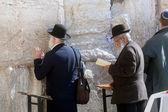 Jewish men pray at the western wall — Stock Photo