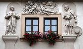 ゴールデン ウェル、プラハの家のファサードの聖人, — ストック写真