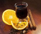 Vino caliente con naranja y especias — Foto de Stock
