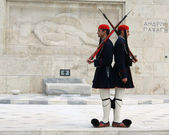 Athens, Greece - April 21, 2009: Evzones (palace ceremonial guards) guarding the Tomb of the Unknown Soldier at the Greek Parliament Building in Athens, Greece. — Stock Photo