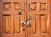 Puerta de madera vieja con aldaba — Foto de Stock