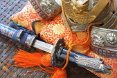 Espada e capacete de samurai — Foto Stock