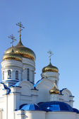 Gold domes and crosses of orthodox temple — Stock Photo