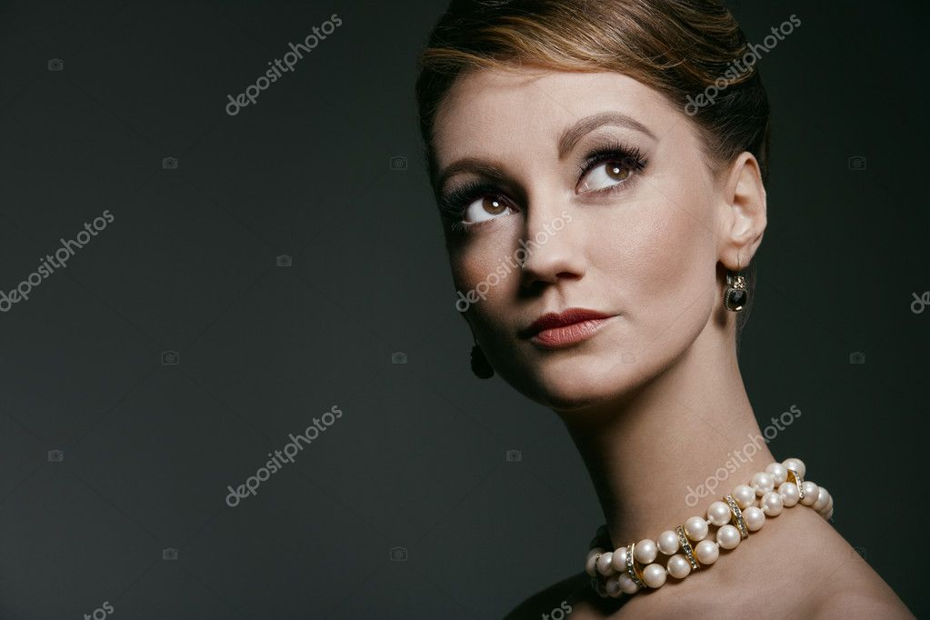 Studio portrait of young woman, classic retro styling — Stock Photo #9017161