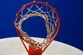 Borde de baloncesto, neto y estándar con cielo azul — Foto de Stock