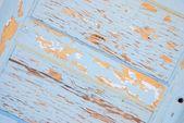 Zvětralé a popraskaný nátěr na dřevěné dveře — Stock fotografie