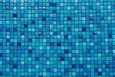 Azulejos azules en fondo de la piscina en filas — Foto de Stock