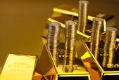 Monedas y lingotes de oro, concepto de finanzas — Foto de Stock
