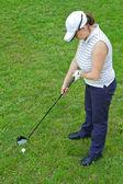 Een afbeelding van een jonge vrouwelijke golfspeler — Stockfoto