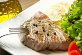 Tonijn filet met salade — Stockfoto