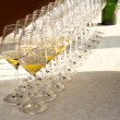 Foto Stock: Row of wine glasses