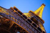 Wieża eiffla z dołu w zmierzchu. paris, francja — Zdjęcie stockowe