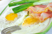 Breakfast with bacon and fried eggs — Stock Photo