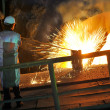 Molten hot steel pouring and worker — Foto de Stock